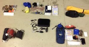 Alle Bestandteile der Ausrüstung für ein paar Tage Wandern mit dem Segelflugzeug